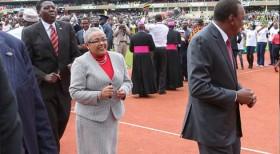 'Uhuru leads mugithi as youth dance for Pope in Kasarani' from the web at 'http://www.samrack.com/wp-content/uploads/bfi_thumb/POPE-UHURU-MUGITHI-30de1f0qk2fte1we3j3cay.jpg'